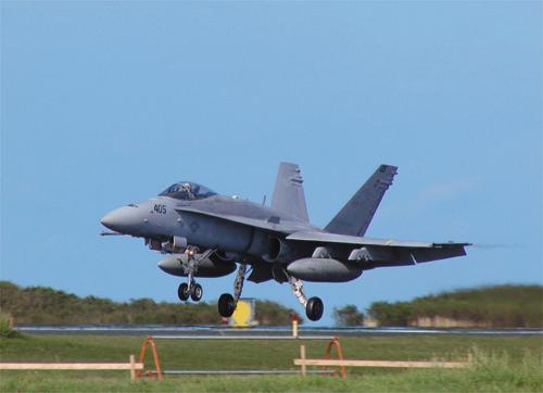 硫黄島における米軍機の着陸訓練